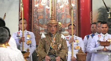 Thaimaan kuningas Maha Vajiralongkorn sai kruununsa Bangkokissa Thaimaassa lauantaiaamuna Suomen aikaa.