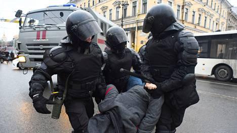 Poliisi otti lauantaina Pietarissa kiinni lähes 500 mielenosoittajaa.
