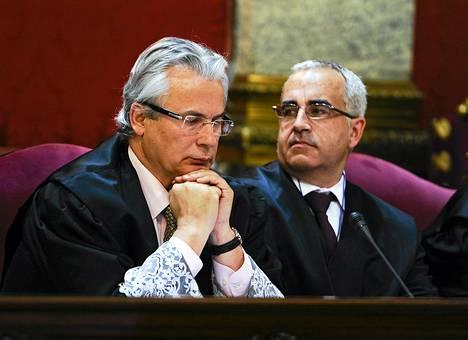 Espanjalainen tutkintatuomari Baltasar Garzón (vas.) istui asianajajansa Gonzalo Martinez Fresnadan kanssa korkeimmassa oikeudessa Madridissa tiistaina.