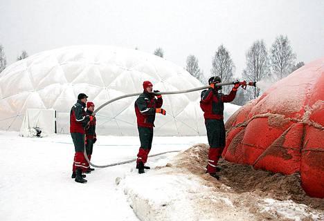Hollantilainen ruiskuryhmä rakentaa maailman suurinta jääkupolia kellon ympäri Juuassa.