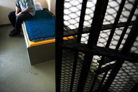 Vanki aloittaa lääkehoidon jo vankeusajan loppupuolella. Hänen on sitouduttava jatkamaan hoitoa myös ehdonalaisen vapauden aikana.
