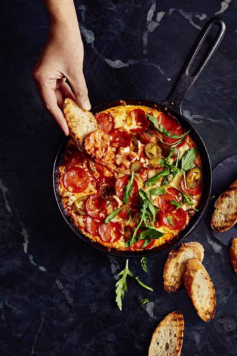 Pizzadippi syntyy, kun pannuun lastataan pizzan täytteet ilman pohjaa ja työnnetään pannuun hetkeksi uuniin.