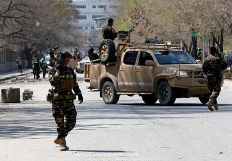Afganistanin turvallisuusviranomaiset vartioivat itsemurhaiskun tekopaikkaa Kabulissa maaliskuussa.