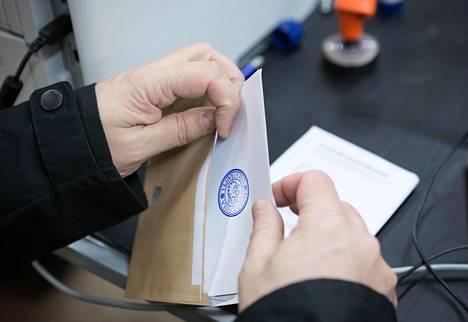 Kuntavaalieja siirrettiin kahdella kuukaudella koronavirusepidemian vuoksi. Uusi vaalipäivä on 13. kesäkuuta.