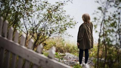 Yksi keino selviytyä sosiaalisten tilanteiden pelon kanssa on myös eristäytyminen, psykologi kertoo.