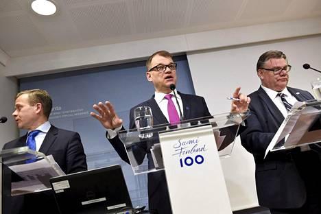 Valtiovarainministeri Petteri Orpo, pääministeri Juha Sipilä sekä ulkoministeri Timo Soini hallituksen puoliväliriihen tiedotustilaisuudessa tiistai-iltana.