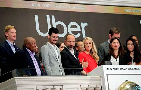 Toimitusjohtaja Dara Khosrowshahi (keskellä) seurasi Uberin listautumista New Yorkin pörssin parvelta perjantaina.