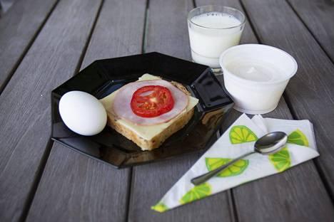 Perisuomalainen aamu- tai välipala sisältää usein leipää, juustoa, leikkeleitä ja maitoa.