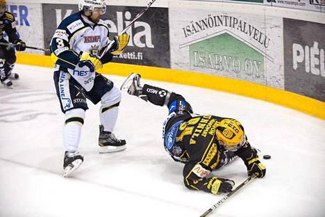 Bluesin Ari Vallin ja KalPan Jyri Junnila taistelivat kiekosta puolivälieräottelussa perjantaina Kuopiossa.
