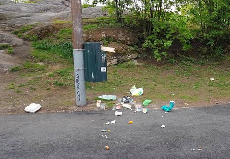 Yksi roskiksen tukkiva pahvipakkaus voi aiheuttaa melkoisen sotkun.