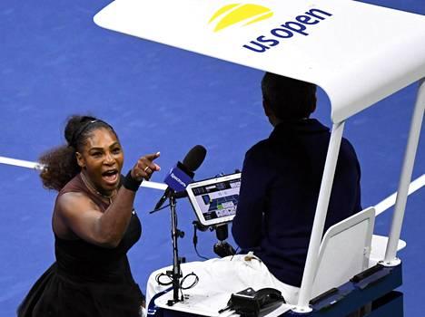 Serena Williams menetti malttinsa portugalilaisen tuomarin Carlos Ramosin toiminnasta viime vuoden US Openin kaksinpelin finaalissa.