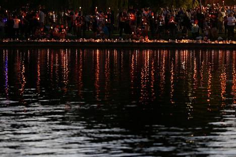 Orlandossa muisteltiin yökerhoiskussa kuolleita sunnuntai-iltana.