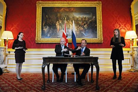 Britannian ja Venäjän ulkoministerit William Hague (vas.) ja Sergei Lavrov neuvottelivat Lontoossa keskiviikkona.