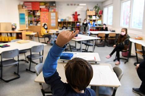 Lapsi viittasi oppitunnilla Gustav-Falken peruskoulussa Berliinissä koulun avauduttua rajoitusten jälkeen 22. helmikuuta.