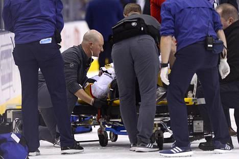 Vegas Golden Knightsin Erik Haula kannettiin kesken kolmannen erän paareilla jäältä pois.