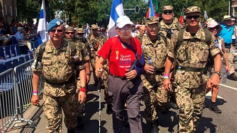 Yrjö Saraste käveli Hollannissa marssin viimeisen osuuden suomalaisten mukana. Kuvassa vasemmalla Altti Lindgren ja oikealla marssijoukkueen johtaja Harri Norismaa.