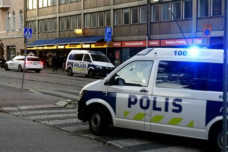 Mies ampui toista reiteen Pataässä-ravintolassa Snellmaninkadulla Helsingissä 8. heinäkuuta.