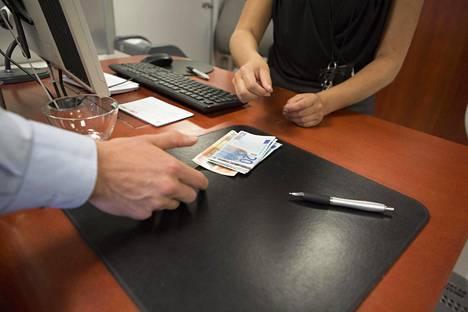 Suuren käteisnoston tekeminen pankkikonttorissa voi osoittautua ajateltua hankalammaksi.