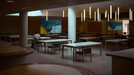 UPM:n pääkonttorissa on ollut viime kuukaudet hiljaista. Turvaväli pyritään pitämään viemällä tuoleja pois käytöstä.