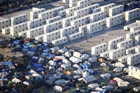Calais'n Viidakoksi kutsutussa siirtolaisten ja pakolaisten leirissä asutaan teltoissa ja konteissa.