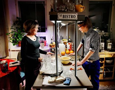 Eevi Kuokkanen ja hänen poikansa Rollo tekivät torstaina töiden jälkeen kotonaan Etu-Töölössä ruuaksi punajuuripastaa ja paahdettuja kurpitsansiemeniä.