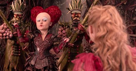 Punainen kuningatar (Helena Bonham Carter) ja Liisa (Mia Wasikowska) seikkailevat peilin tuolla puolen.