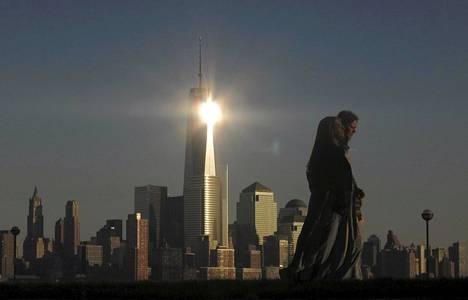One World Trade Center New Jerseyn Hobokenista katsottuna.