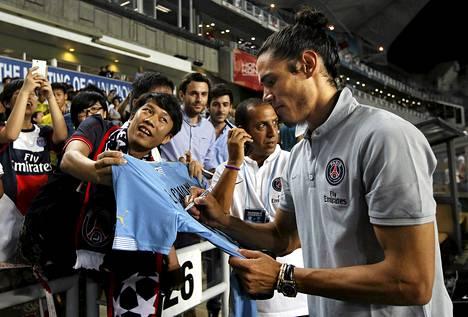 Edinson Cavani vannoo haluavansa pysyä PSG:ssä. Joukkue on parhaillaan pelimatkalla Kiinassa, jossa Cavani jakoi nimikirjoituksia kiinalaisfaneille.