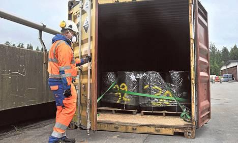 Syyriasta peräisin olevat sotakemikaalit on pakattu tynnyreihin. Tynnyrit kuljetetaan sinetöidyissä merikonteissa rekkakyydillä Haminasta Riihimäelle, jossa kemikaalit käsitellään korkealämpöuunissa.