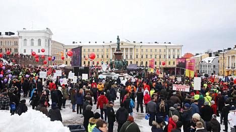 Poliisi arvioi, että 7 000–8 000 ihmistä kokoontui helmikuun alussa Helsingin Senaatintorille vaatimaan työttömyysturvan aktiivimallin kumoamista. Mielenosoituksen järjesti palkansaajien keskusjärjestö SAK.