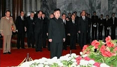 Kim Jong-un kävi osoittamassa kunnioitustaan isänsä arkun äärellä tiistaina. Kuva on Pohjois-Korean televisiosta.