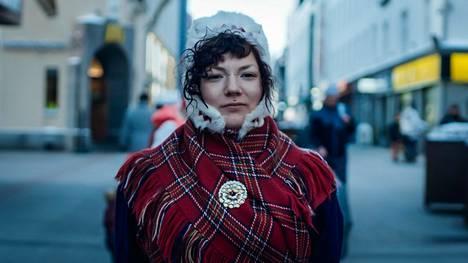 Suomen Saamelaisnuoret SNN ry:n entinen puheenjohtaja ja varapuheenjohtaja Ida-Maria Helander Eatnameamet-elokuvassa.