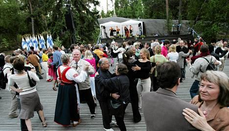 Ihmisiä Seurasaaren juhannustansseissa 2006.