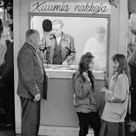 Kuva Jörn Donnerin ja valokuvaaja K-G Roosin dokumentaarisesta valokuvakirjasta Ihmisten Helsinki (1961). Kuvassa näkyy helsinkiläisen tanssilavan lauantai-illan viettoa, mutta tarkkaa tietoa tanssilavan sijainnista ei ole. Kuva on otettu vuonna 1957 tai 1958.