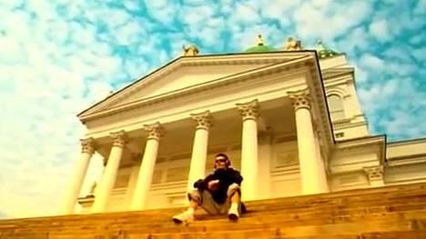 Sandstorm-video käynnistyy Helsingin Suurkirkon portailta, jossa istuu Darude eli Ville Virtanen.