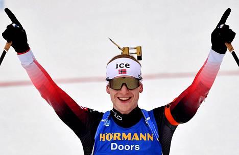Johannes Thingnes Bø juhli sunnuntaina MM-voittoaan.