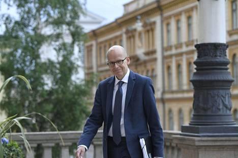 Valtiovarainministeriön kansliapäällikkö Martti Hetemäki saapui maanantaina hallituksen ylimääräiseen iltakouluun Säätytalolle.
