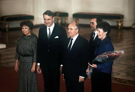 Raisa Gorbatšova, Mauno Koivisto, Mihail Gorbatšov ja Tellervo Koivisto yhteiskuvassa Koivistojen valtiovierailulla Neuvostoliitossa lokakuussa 1987. Pariskuntien takana seisoo tulkki.