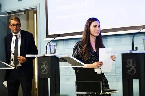 Pääministeri Sanna Marin (sd) ja valtiovarainministeri Matti Vanhanen (kesk) saapuivat tiedotustilaisuuteen kertomaan budjettiriihen tuloksista viime syyskuussa.