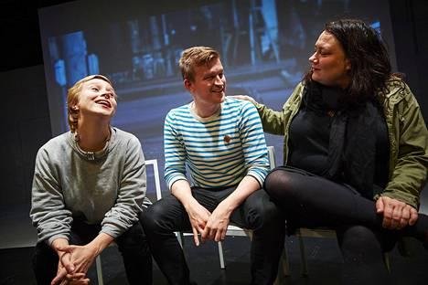 Olga Palo (vas.), Jari Hanska ja Susanna Kuparinen tekivät taustatyöt Ryhmäteatterin näytelmään Eduskunta III. Kuparinen myös ohjasi esityksen.