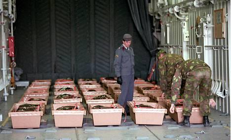 Estonian vainajia siirrettiin miinalautta Pyhärannalla Utöstä Turkuun 29. syyskuuta 1994.