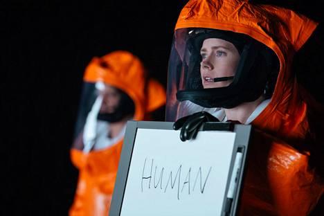 Kielitieteilijä Louise Banks (Amy Adams) saa tehtäväkseen yrittää kommunikoida Maapallolle saapuvien muukalaisten kanssa.