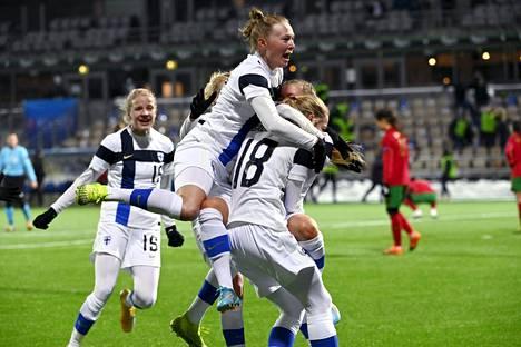 Suomen pelaajat juhliavat voittoa perjantaina.