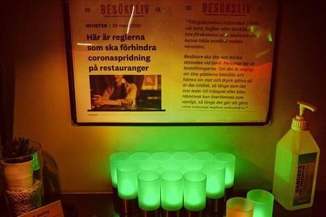 Aasialaisen ravintolan pöydällä oli käsidesiä ja seinällä kyltti, jossa kerrottiin ravintolan toimista koronavirusta vastaan.