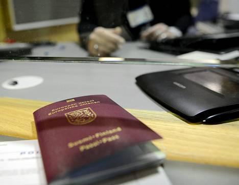 Passin saa kätevimmin sähköisellä hakemuksella. Jos se ei onnistu, on käytävä poliisin lupapalvelussa.