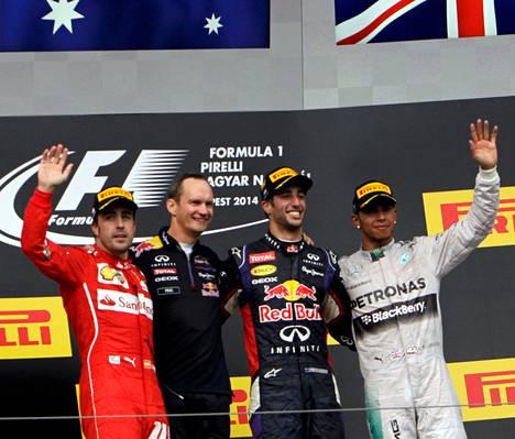 Fernando Alonso, Red Bullin pääinsinööri Paul Monaghan, kisan voittanut Daniel Ricciardo ja Lewis Hamilton poseeraavat Hungaroringin palkintokorokkeella.