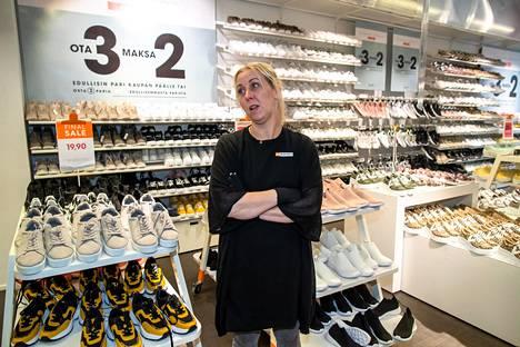 Kauppakeskus Jumbossa on kenkäkaupan myymäläpäällikön Sanna Pasasen mukaan ollut paljon asiakkaita.