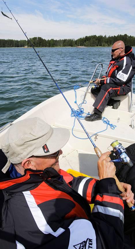 Ari Nieminen (vas.) ja Ari Heino kalastivat Kirkkonummen Hilan leirikeskuksen edustalla maanantaina. Se oli heidän ensimmäinen yhteinen veneretki kuntoutuksessa. Aiemmin kuntoutujat ovat viskoneet vieheitä muun muassa Helsingin Seurasaaren eteläkärjessä.