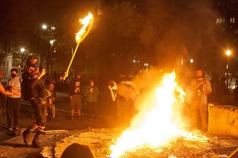 Sunnuntaina mielenosoittajat sytyttivät tulipaloja lähellä liittovaltion syyttäjävirastoa.