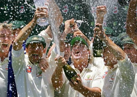 Voitonmaljat näkyvät useissa lajeissa. Australian krikettijoukkue juhli vuosikymmen sitten voitettuaan Englannin. Maassa keskustellaan alkoholin markkinoinnissa lajissa.